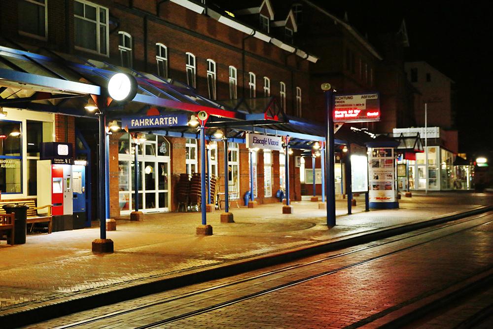 Bahnhof am Abend